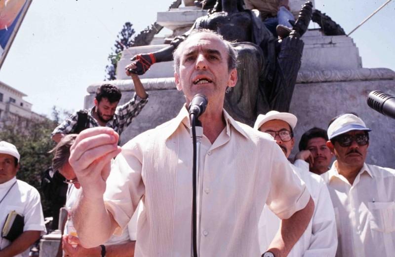 6-el-jesuita-ignacio-ellacuria-habla-en-un-acto-ecumenico-san-salvador-marzo-de-1989-foto-gervasio-sanchez-1024x667