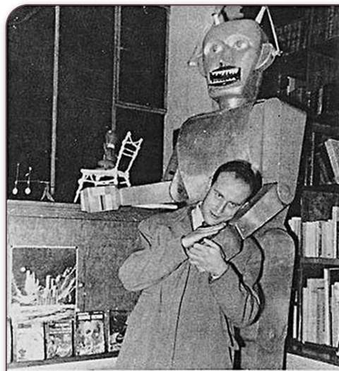 """La littérature numérique voit le jour en 1952. Un an plus tard, Boris Vian pose avec Gustave le robot. Une belle illustration de sa nouvelle futuriste La peur des modernes, dans laquelle il popularise le mythe du """"robot-poète"""". Exposition """"Présence du Futur"""" (1953)"""