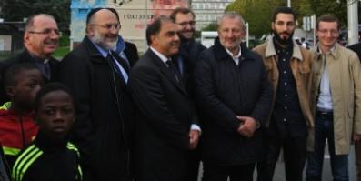 """En partant de la gauche: le représentant de Facebook/Instagram, l"""" artiste et le maire de Sarcelles et les représentant des communautés religieuse de la ville semblent satisfait du projet finale."""